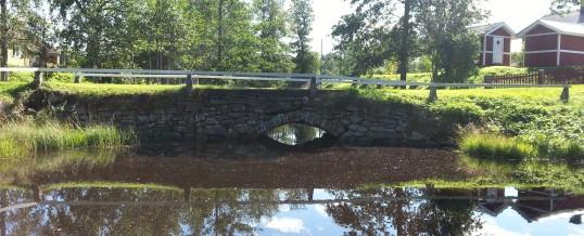 Bron över bäcken